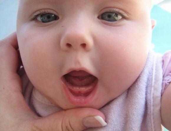 Hướng dẫn cách xử lý khi trẻ bị sốt mọc răng